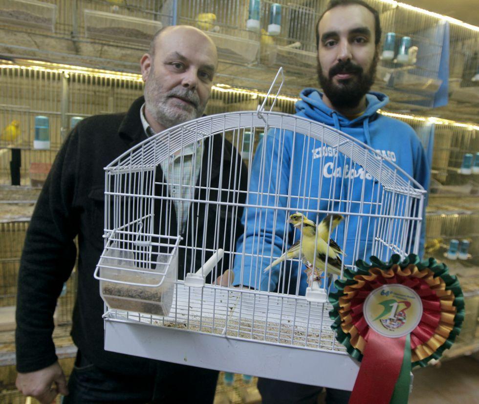 .Rafael Prol y Robin Prol posan con los cuatro canarios que ganaron el campeonato del mundo.