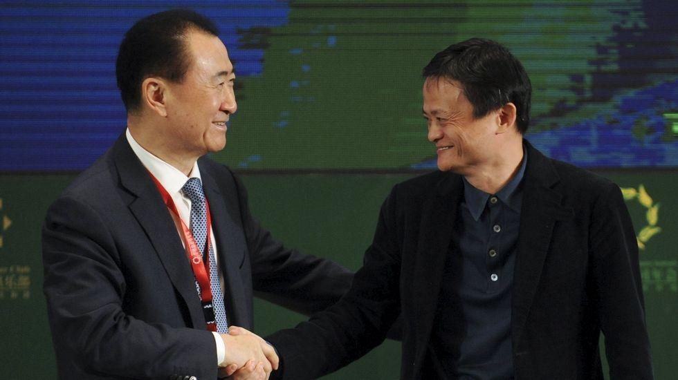 .El presidente de Wanda, Wang Jianlin (izquierda) saluda al del grupo Alibaba, Jack Ma