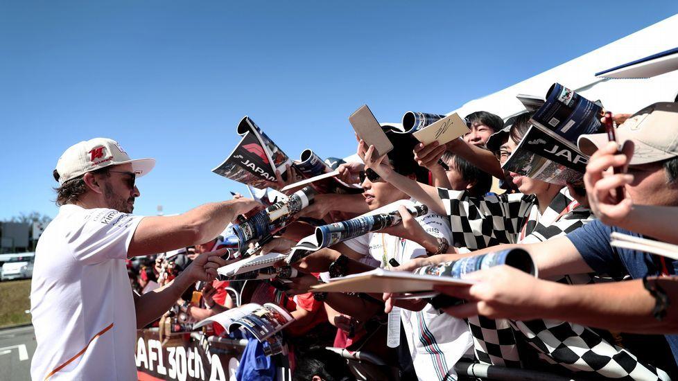 Fernando Alonso, firmando autógrafos en su última carrera en Suzuka