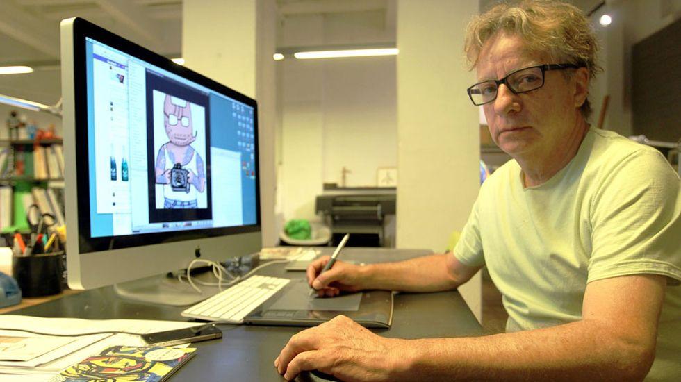 El diseñador Javier Mariscal junto a una de las versiones de Cobi