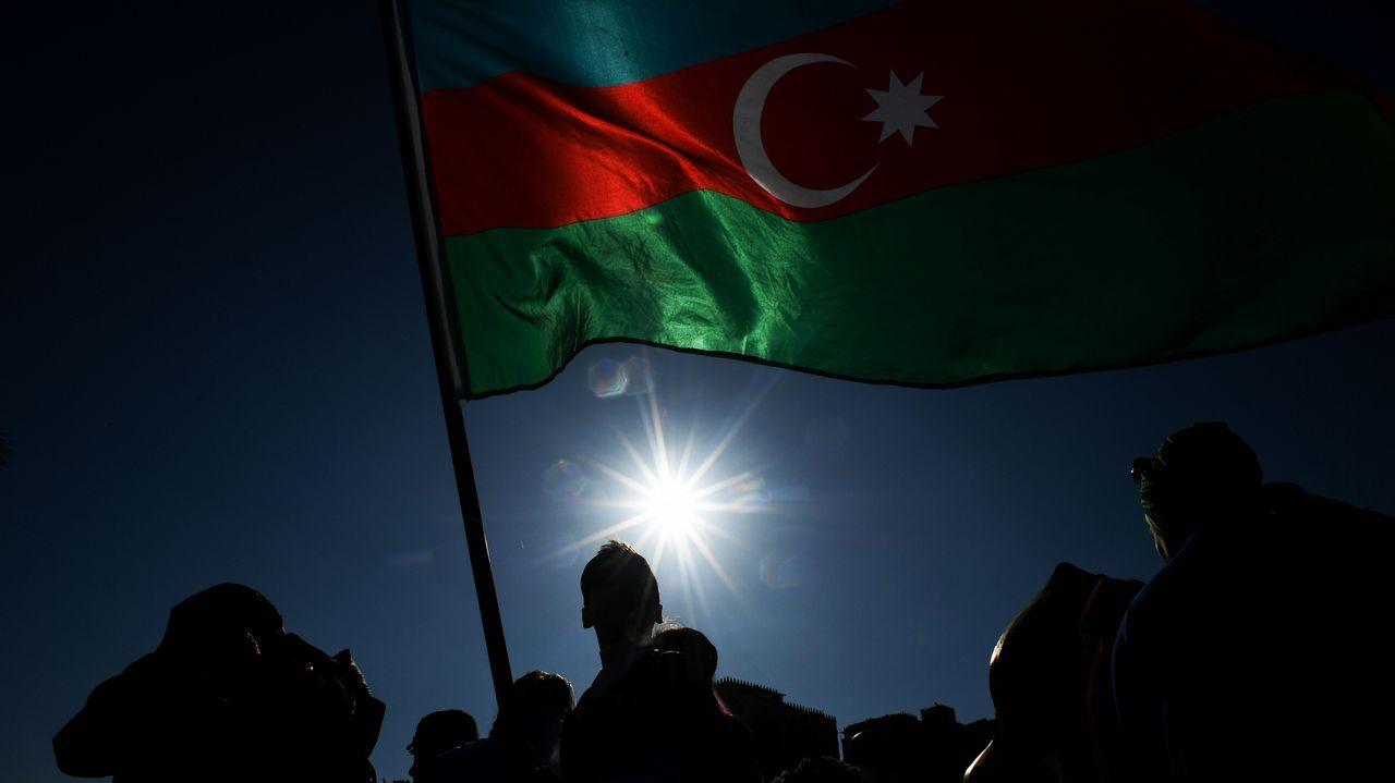 .Una bandera de Azerbayán ondea en la ciudad de Bakú