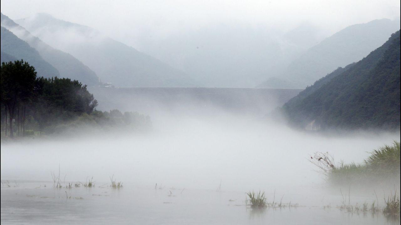 .La niebla cubre el río Soyang, en Chuncheon (Corea del Sur)
