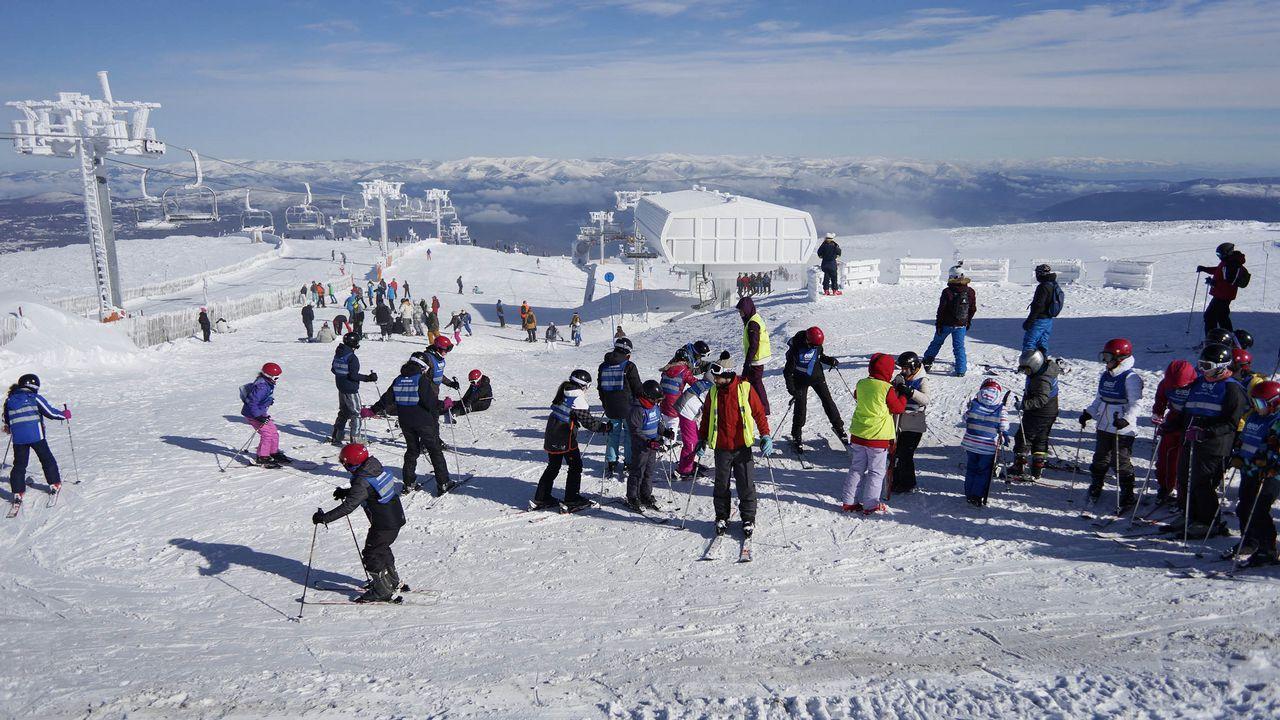 La Semana Santa en Asturias se pinta también de blanco.Esquiadores en la estación de Fuentes de Invierno