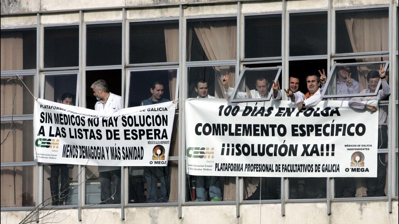 Protestas en el CHUO. Los médicos ourensanos llegaron a encerrarse en el hospital. Demandaban un complemento para  aquellos que se dedicasen de forma exclusiva a la sanidad pública. El gerente del CHUO era entonces José Luis Jiménez