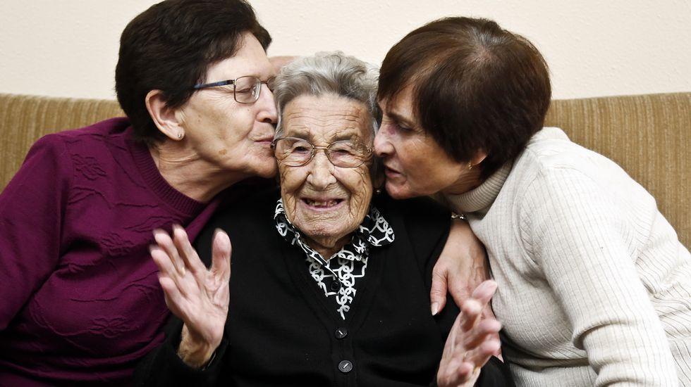 Pilar Durán ha cumplido ya los 103 y pasa el invierno en Vigo, con su sobrina. Se encuentra muy bien de salud y goza de una envidiable lucidez mental para su edad. Lo que más le motiva es escuchar la música de una gaita. Tanto que es capaz aún de dar unos pasos de baile.