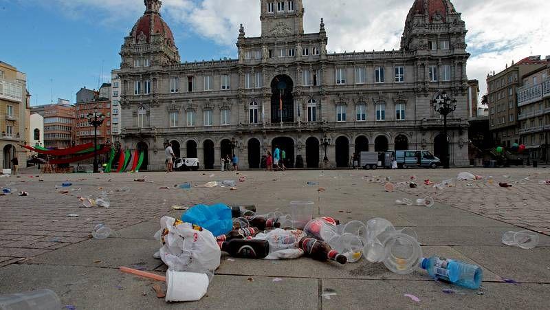 Huelga de basura en A Coruña.En enero, la recogida de residuos quedó parada una semana porque los operarios se negaron a utilizar maquinaria que consideran insegura. Esos problemas han continuado de manera intermitente hasta hoy. En la imagen, contenedores sin recoger en Linares Rivas, el 19 de febrero.