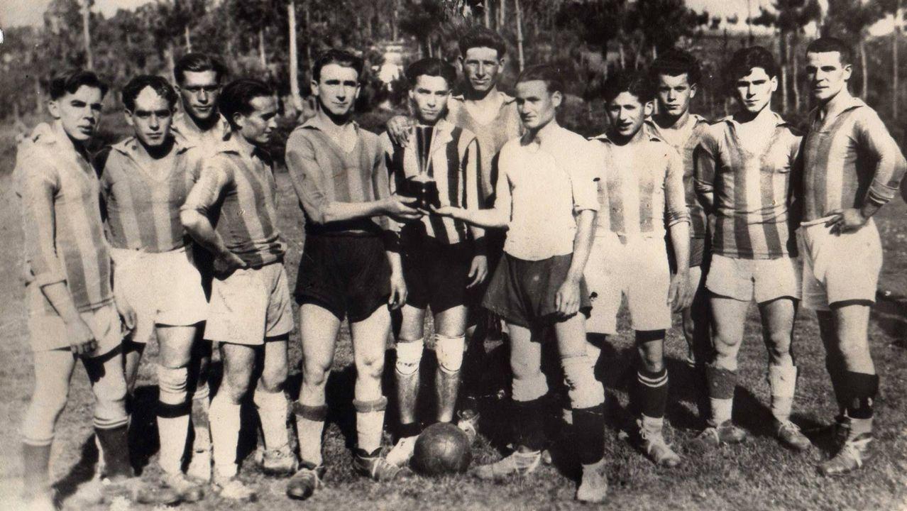 Antigua fotografía del equipo en la temporada de 1955/56, con uno de los trofeos que consiguió