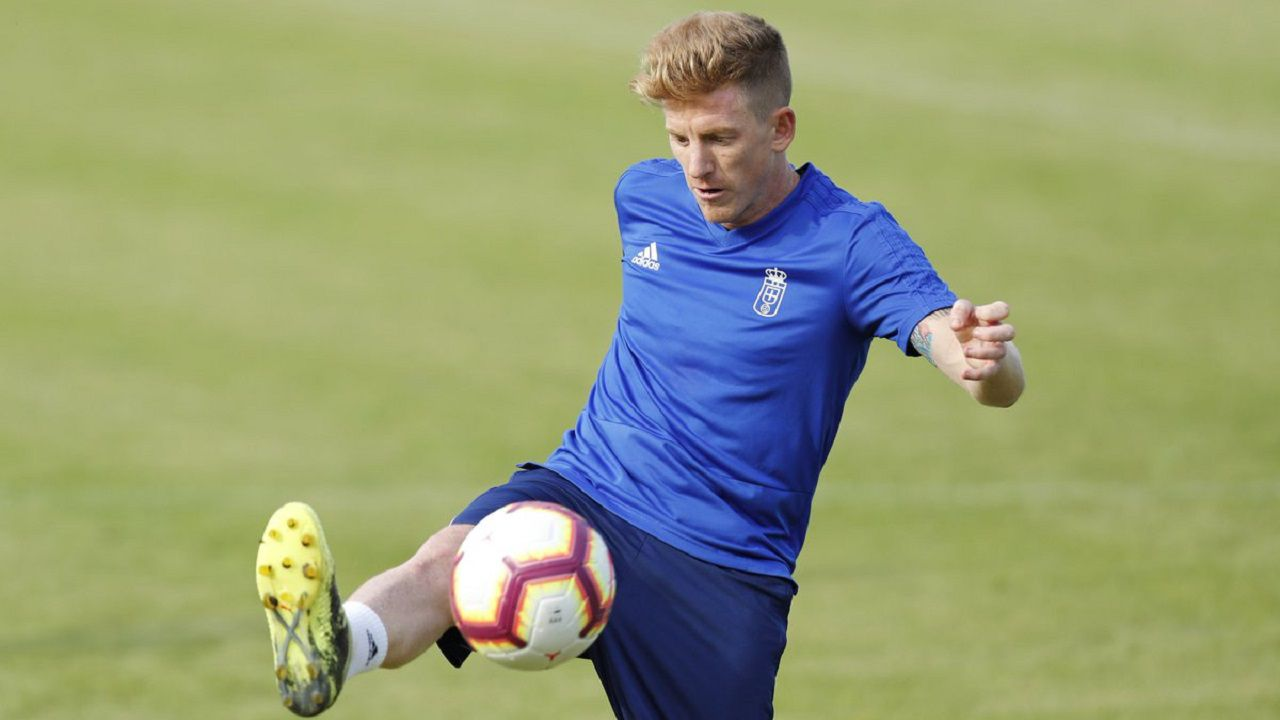 Gol Joselu Boateng Saul Berjon Real Oviedo Elche Carlos Tartiere.Mossa controla un balón en El Requexón