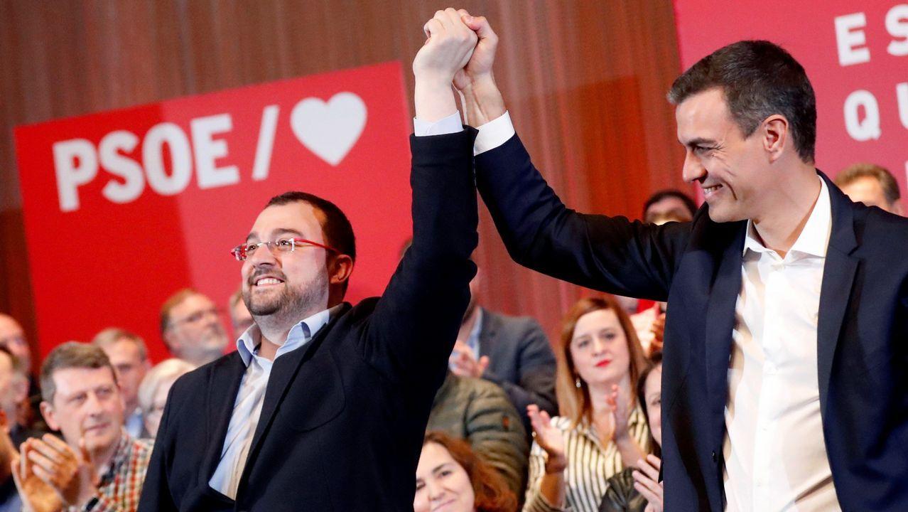 El presidente del Gobierno, Pedro Sánchez (d), junto al candidato a la Presidencia del Principado, Adrián Barbón (i), durante el mitin de Gijón