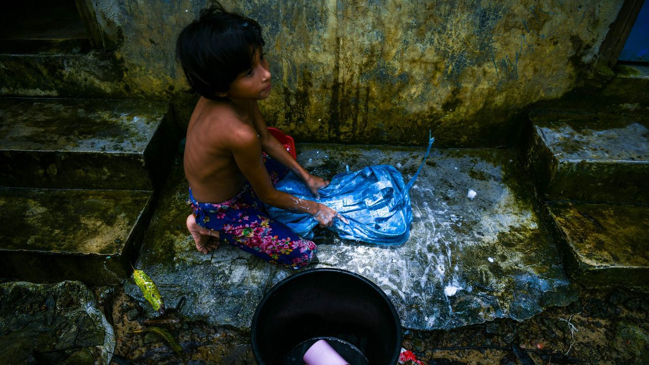 Una joven refugiada Rohingya lava su mochila escolar en el campamento de Kutupalong en Ukhia, cerca del Bazar de Cox
