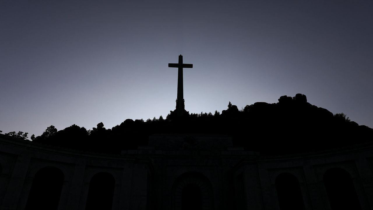 Enrique Tenreiro dibuja una paloma de la paz en la tumba de Franco.La ministra Carmen Calvo, ayer en el Vaticano