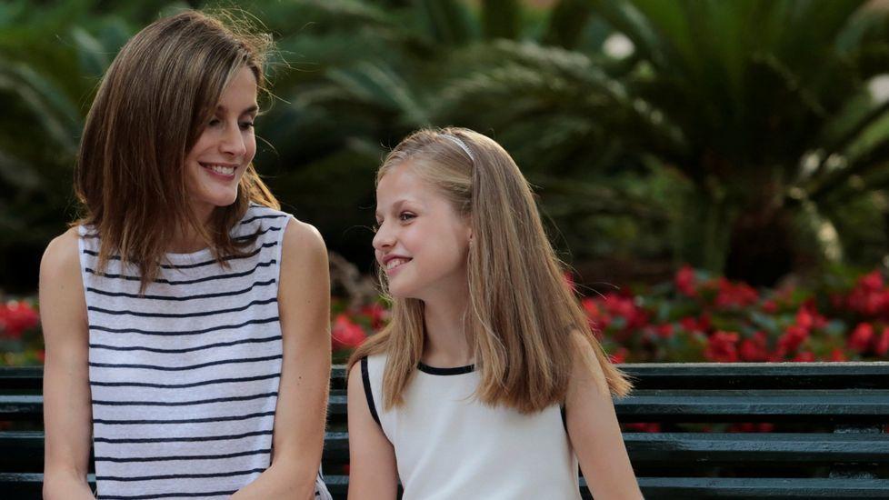 .Junto a su madre, la reina Letizia, en verano.