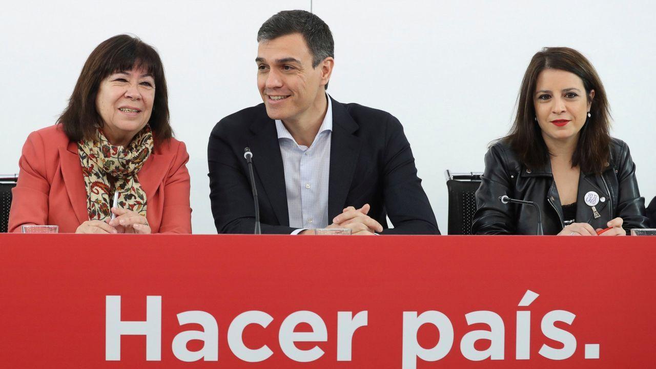 | EFE.Pedro Sánchez recibe el aplauso de los diputados socialistas