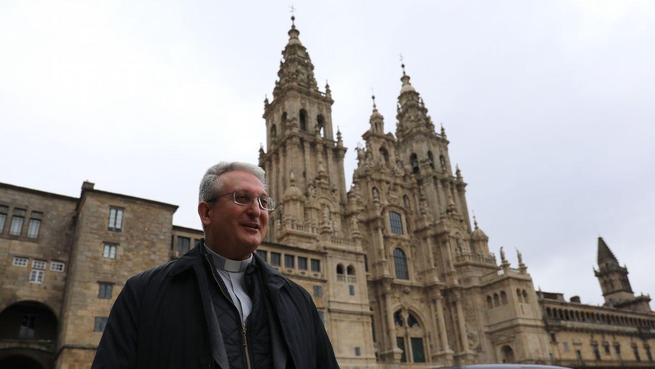 Obras de restauración en el interior y visitantes encendiendo velas en la Catedral