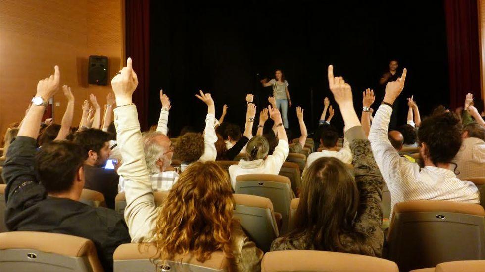 Un momento de la votación en la asamblea contra los toros en Gijón
