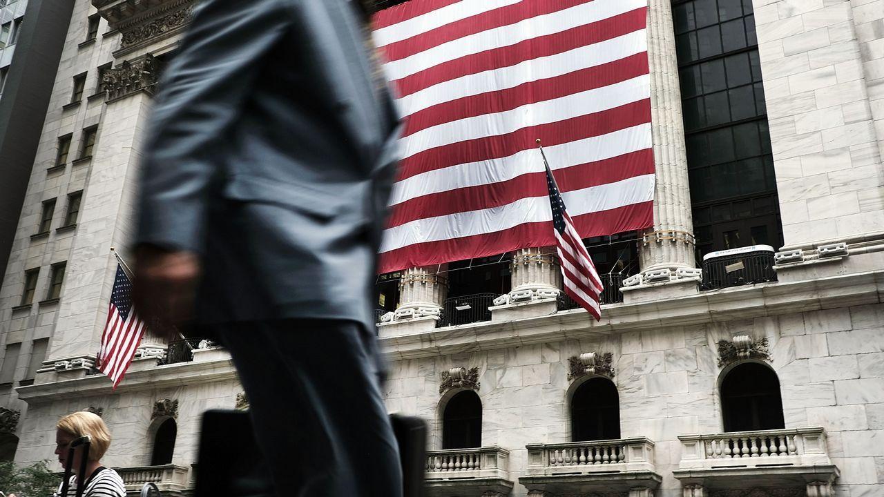 .Un hombre camina frente a la Bolsa de Nueva York