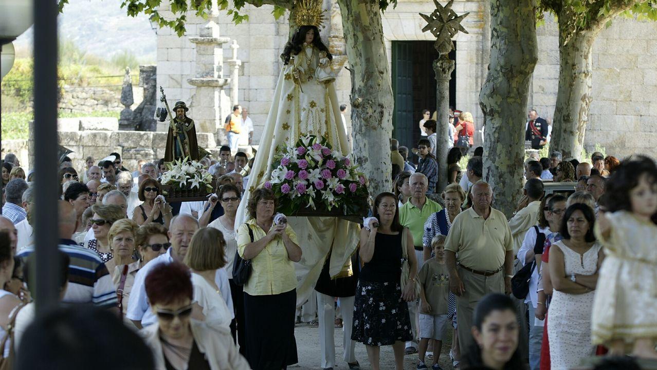 Beade recibe a la virgen con flores.Viñas en Ribeira Sacra