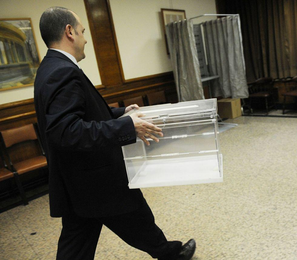 Los 372 mesas electorales de Vigo registraron ayer los últimos preparativos antes de abrir hoy.