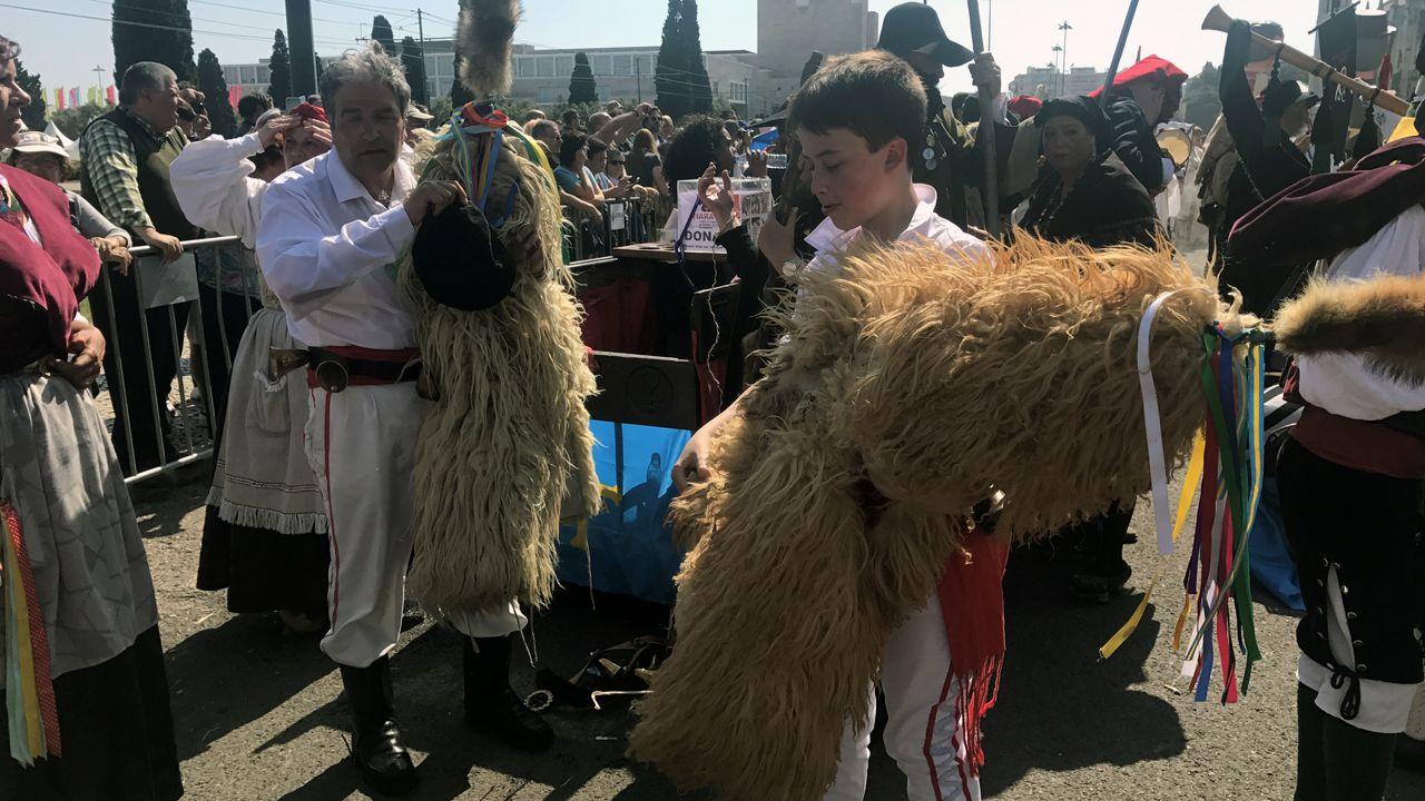 Dos sidros se preparan para colocarse la máscara para participar en el desfile de Belém, con los termómetros por encima de 25 grados