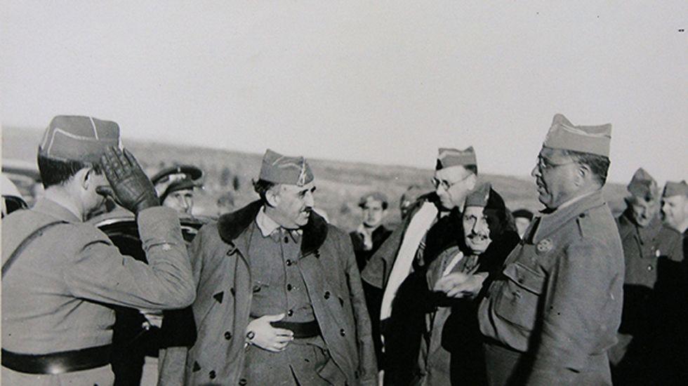 Los generales Franco, Dávila y Aranda, entre otros jefes y oficiales, en el frente de Aragón el 16 de marzo de 1938