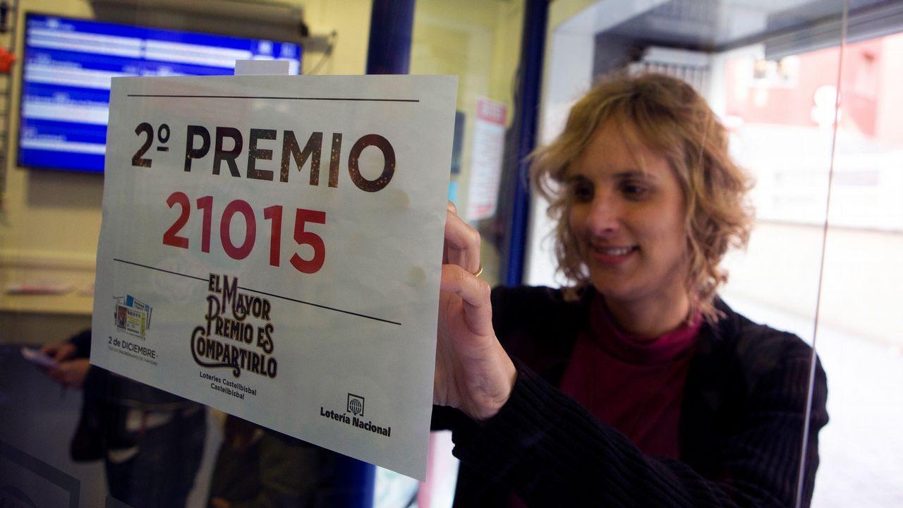 Pérsida Pastallé, propietaria de la Administración de Loteria número 1 de Castellbisbal (Barcelona) ha venido en ventanilla una serie del segundo premio del sorteo extraordinario de la lotería de Navidad, que ha correspondido al número 21.015, dotado con 1.250.000 euros a la serie.
