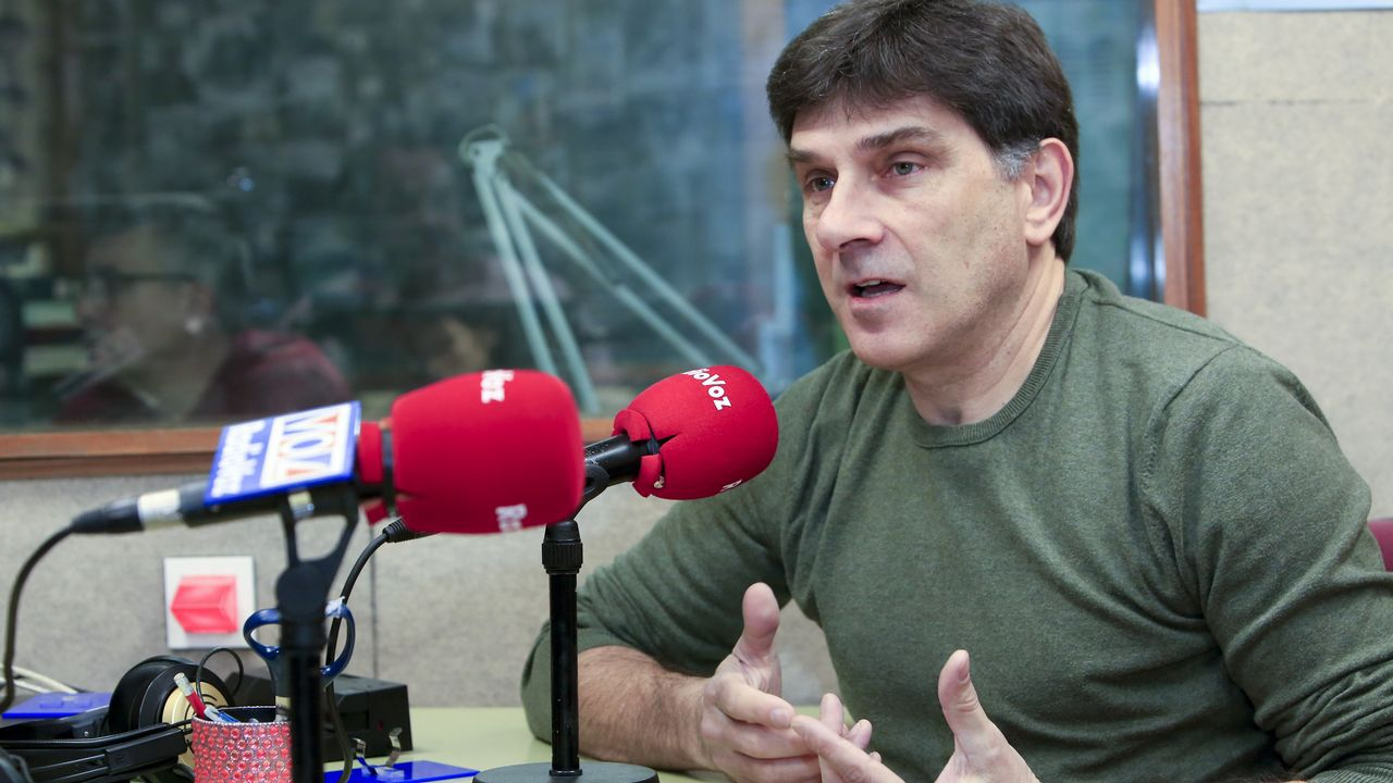 El dirigente de Vox Ortega Smith se zambulle frente al Peñón de Gibraltar ondeando una bandera de España