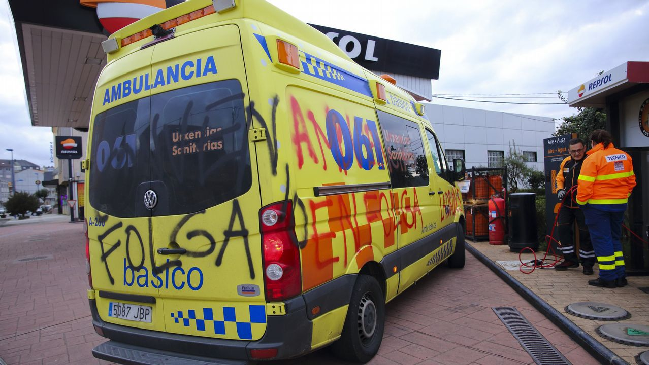 Secuelas. Los sabotajes en las ambulancias adscritas al 061 fueron ya visibles el primer día de paro. Primero fueron pintadas, como la sufrida por este vehículo, cuya imagen se realizó en una gasolinera de Ponteceso. Los actos vandálicos fueron a más y a dos vehículos medicalizados, uno con base en Bértoa y otro en A Silva, les pincharon las ruedas, cuando estaban estacionados en el Complejo Hospitalario Universitario de A Coruña