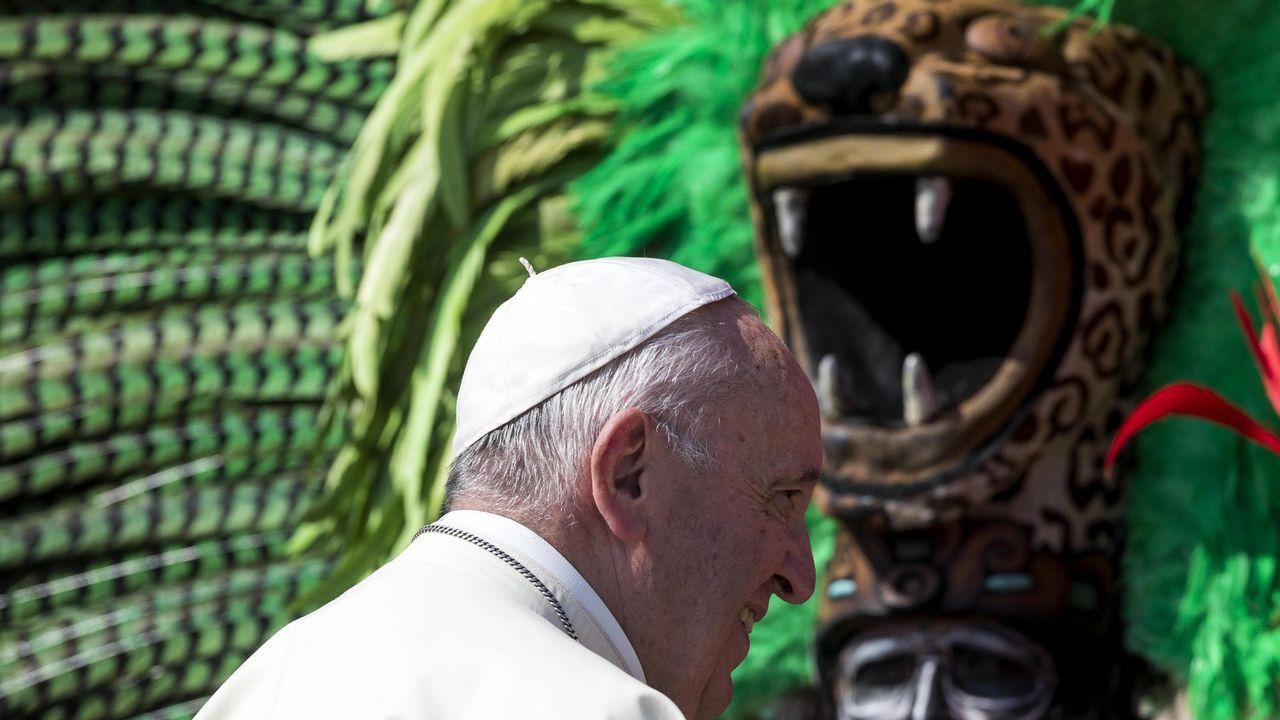 .El papa Francisco posa para los fotógrafos junto a un grupo de Quintana Roo (México) durante su audiencia general de los miércoles en la plaza de San Pedro en el Vaticano