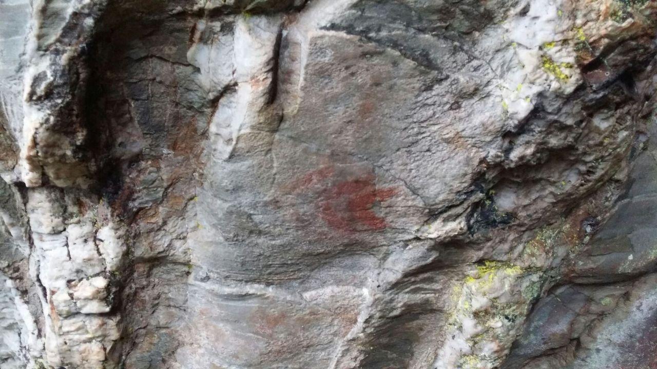 Posibles pinturas rupestres en una cueva de Baleira