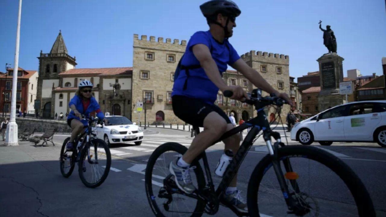 Ciclistas por el centro de Gijón.La plaza del Ayuntamiento de Oviedo se ha quedado pequeña en la concentración del 8M
