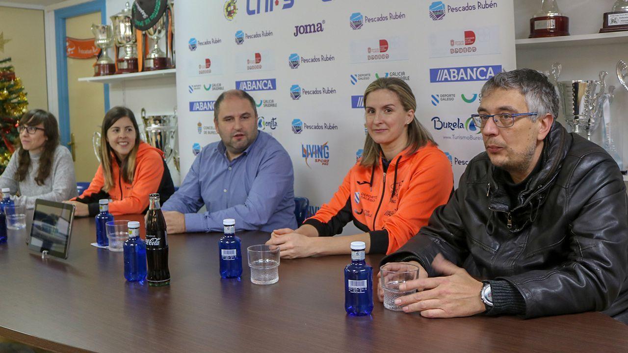 LaAPARO prepara un pasillo para recibir al Oviedo.Menéndez Vallina, en el centro, junto a Manuel Paredes y Fernando Corral
