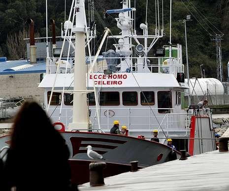 El palangrero, atracado en el puerto de Celeiro.