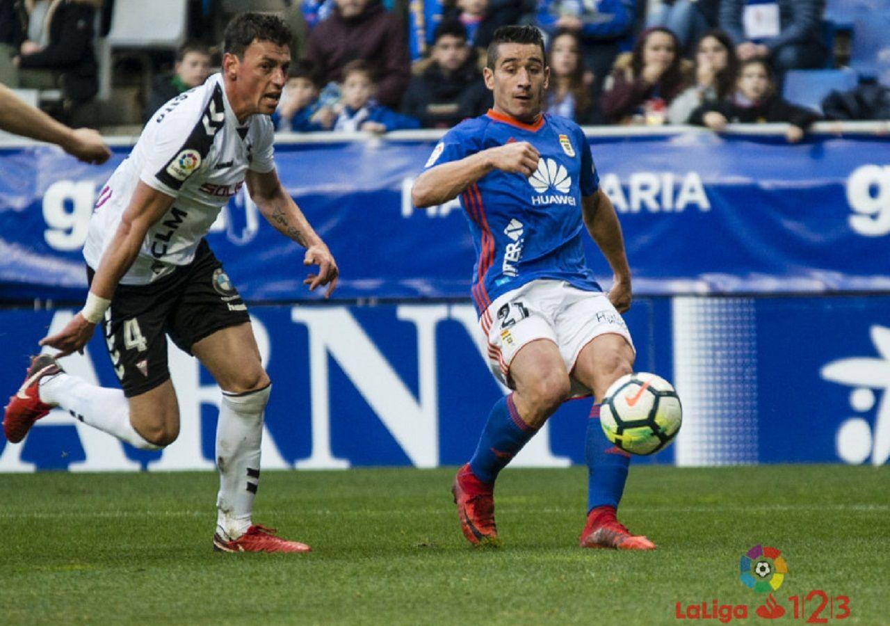 Saul Berjon Real Oviedo Albacete Carlos Tartiere.Saul Berjon intenta un pase frente al Albacete