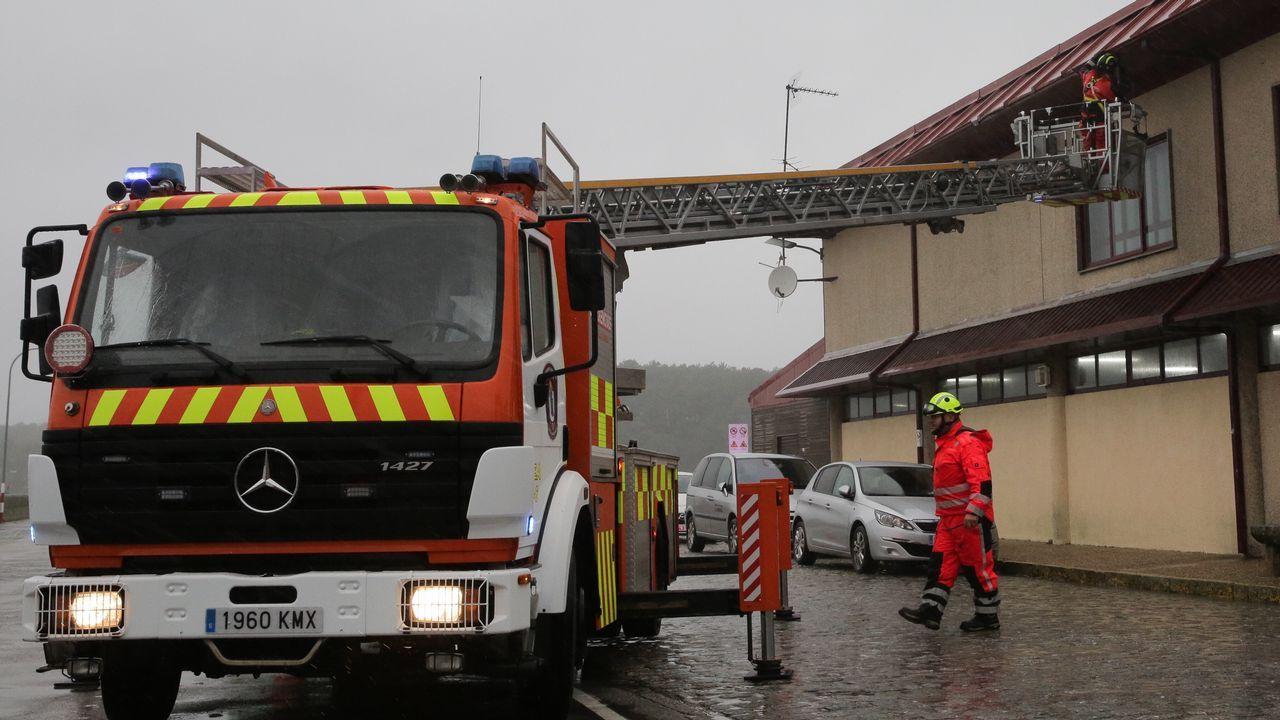 Emerxencias de Vilagarcía retira el canalón de la lonja de Carril.