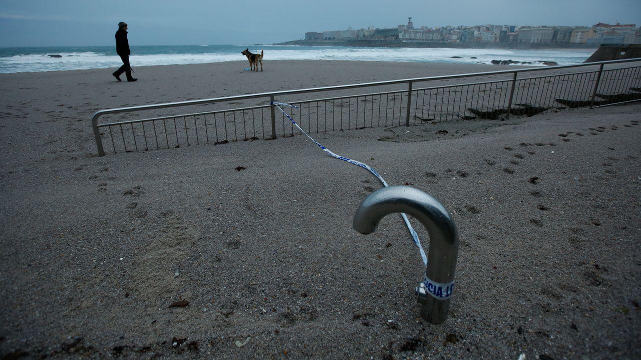 La marea destruye partes de la duna de la playa de Riazor