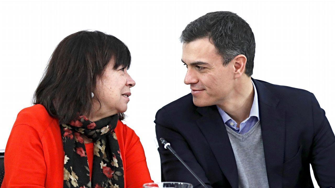 El secretario general de la FSA-PSOE, Adrián Barbón (i), y el secretario general del PSOE de León, Javier Cendón (d)