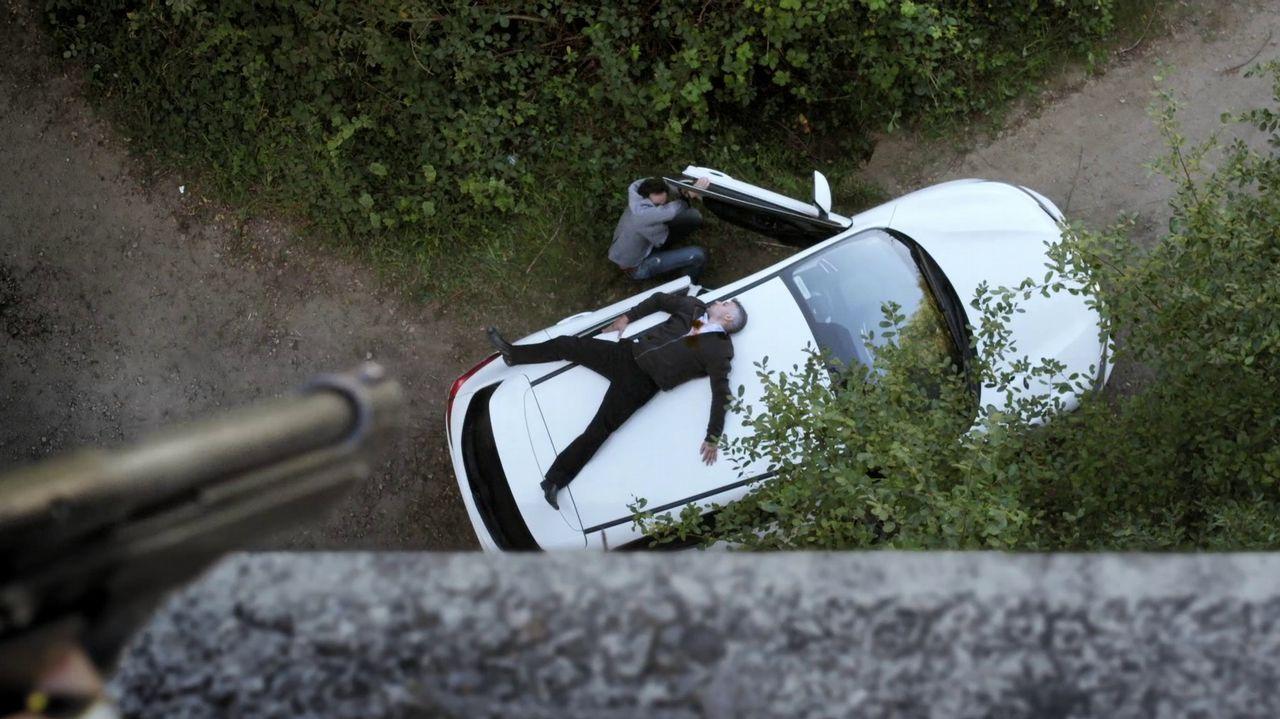 Un especialista cae sobre el techo de un automóvil en «Serramoura»
