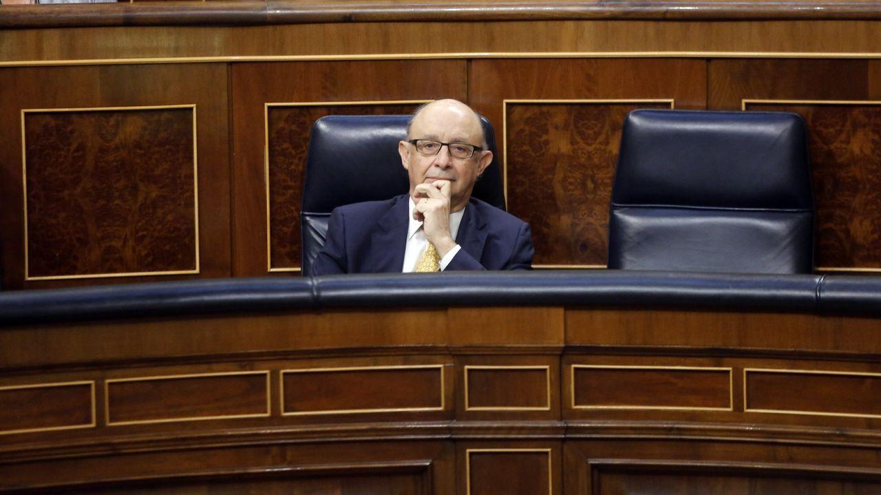 El presidente del Principado, Javier Fernández (i), tras finalizar su intervención en la primera jornada del debate de orientación política general que se celebra en la Junta General del Principado