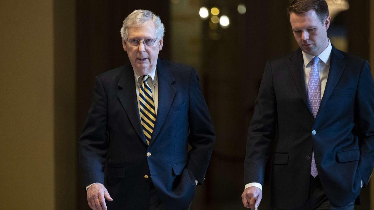 El líder demócrata en el Senado, Mitch McConnell, junto a un asesor en el Capitolio