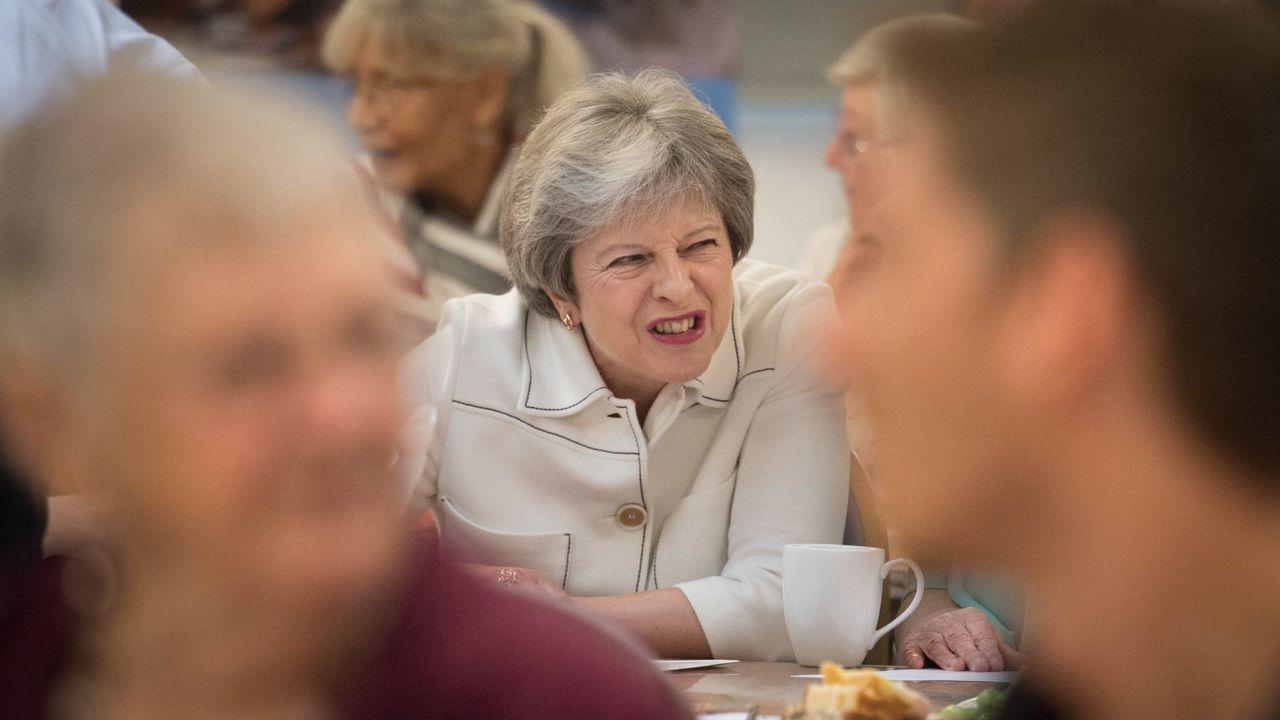 Británicos partidarios de la UE formaron una cadena humana frente a la residente de May