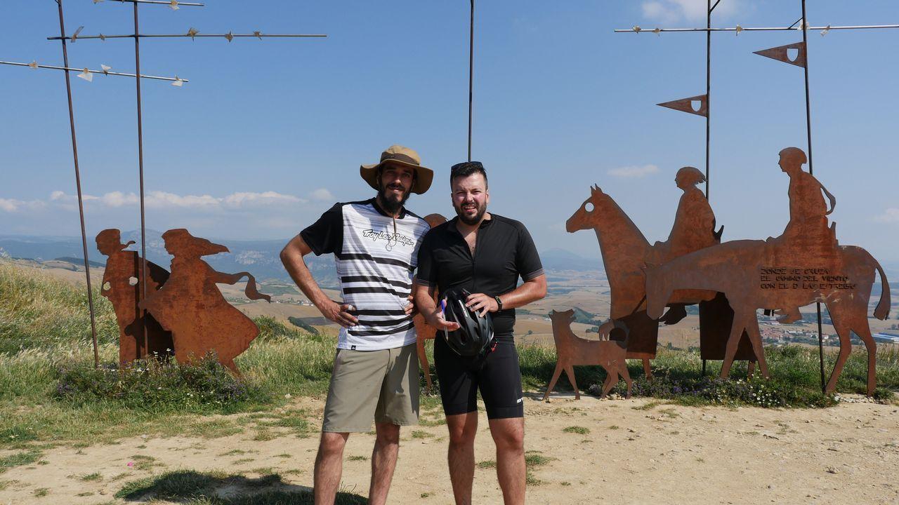 .Iago García, redactor, y Senén Rouco, cámara, el equipo de La Voz que hace el Camino desde Roncesvalles