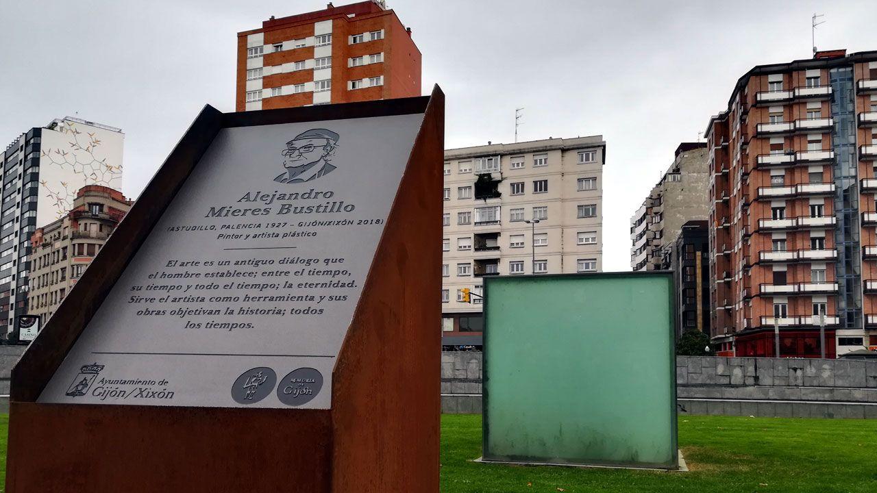 La placa en memoria de Alejandro Mieres con su escultura urbana 'Cubo' al fondo