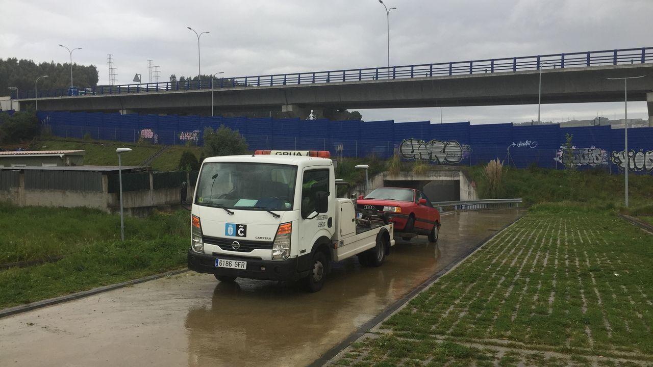 La grúa municipal mueve los coches del parque disuasorio de Lonzas para segar la hierba de la zona.Barrenderos Coruña