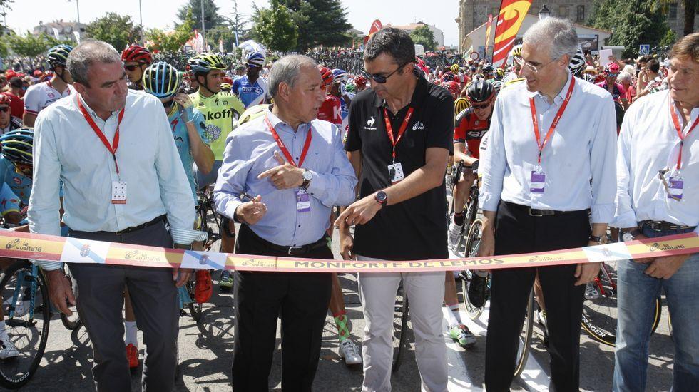 El presidente de la Diputación, Dario Campos; el alcalde, José Tomé; el director de la prueba, Javier Guillén, y el candidato del Partido Popular a la Xunta por Lugo, Francisco Conde, en la línea de salida