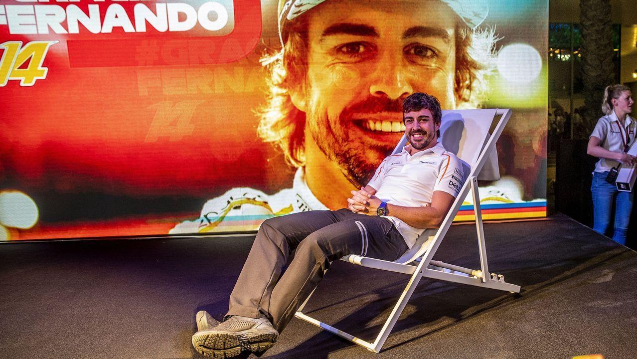 Alonso se despide por todo lo alto en Abu Dabi.Fernando Alonso responde a una entrevistas en el circuito de Yas Marina