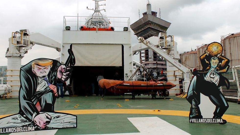 Dos de los muñecos promocionales de la campaña «Villanos del clima» de Greenpeace, en el helipuerto del «Esperanza»