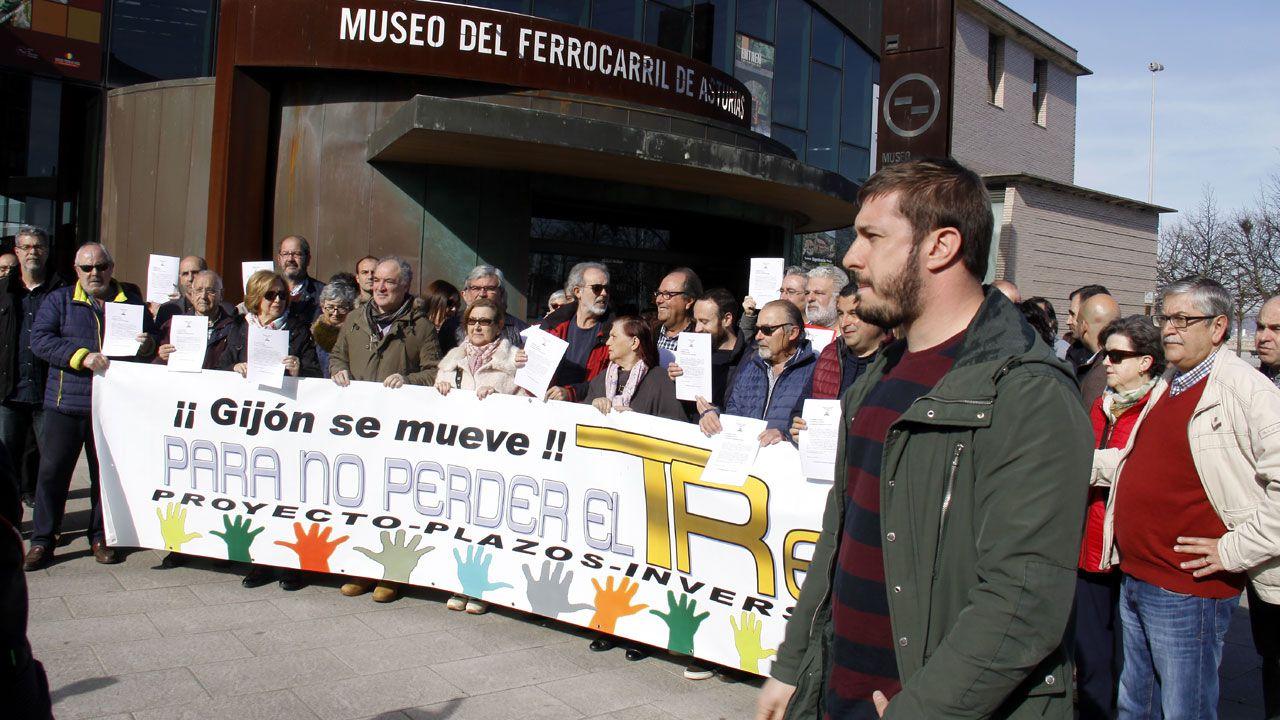 Acto de Pablo Iglesias en Gijón.Concentración de la Plataforma por el Plan de Vías de Gijón frente al Museo del Ferrocarril
