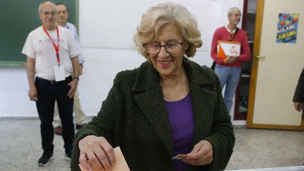 La alcaldesa de Madrid Manuela Carmena, vota en la mesa electoral en un colegio de la capital