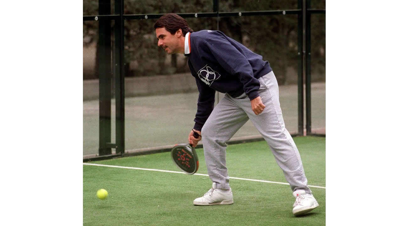 El presidente del Gobierno, José María Aznar, durante el partido de padel que disputó esta mañana en las instalaciones deportivas del palacio de la Moncloa