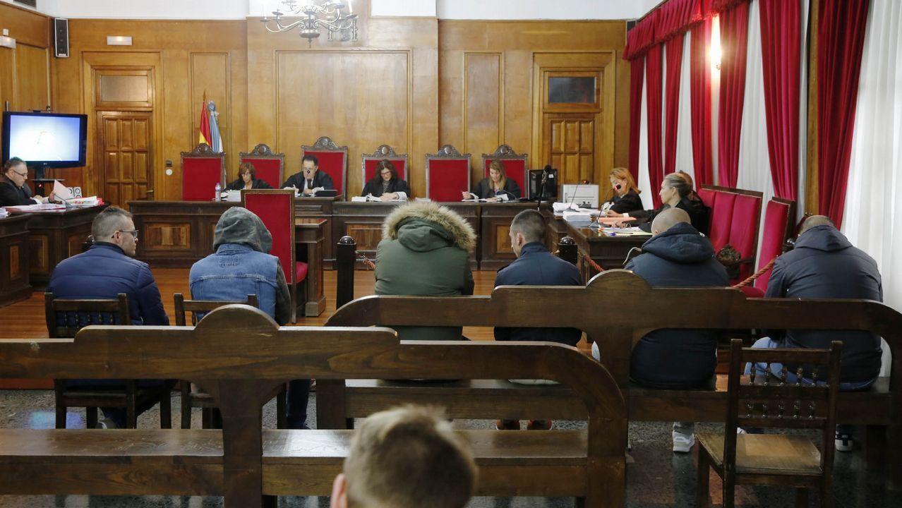 ¡Conoce a los distintos equipos en imágenes!.Manuel Rodríguez muestra la sentencia del Tribunal Superior